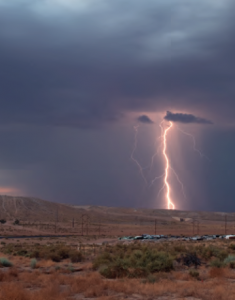 Fotoğraf 4.10 Yıldırım, bulut ile yeryüzü arasındaki elektrik boşalımıdır.