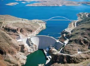 Fotoğraf 4.20 Hidroelektrik enerji elde etmek için bazı akarsular üzerinde barajlar kurulmaktadır.