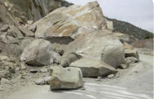 Fotoğraf 4.26 Kaya düşmesi bazen yolların kapanmasına neden olmaktadır.