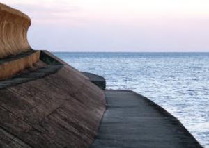 Fotoğraf 4.31 Tsunamiden korunmak için kıyılara yüksek duvarlar yapılmaktadır (Japonya).