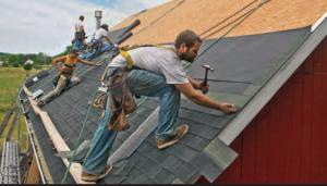 Fotoğraf 4.32 Kasırgalardan korunmanın yollarından biri çatıların sağlamlaştırılmasıdır.