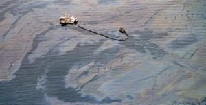 Fotoğraf 4.8 Alaska'daki tanker kazası sonucunda denize çok miktarda petrol yayılmıştır.