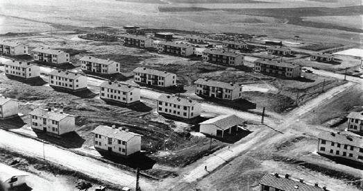 Görsel 1.24 Batman'da rafinerilerin açılmasıyla başlayan modern yerleşmelere bir örnek 1963'te tenis kortundan yüzme havuzu inşaatına kadar yapımı devam eden TPAO'nun site inşaatından bir görünüm
